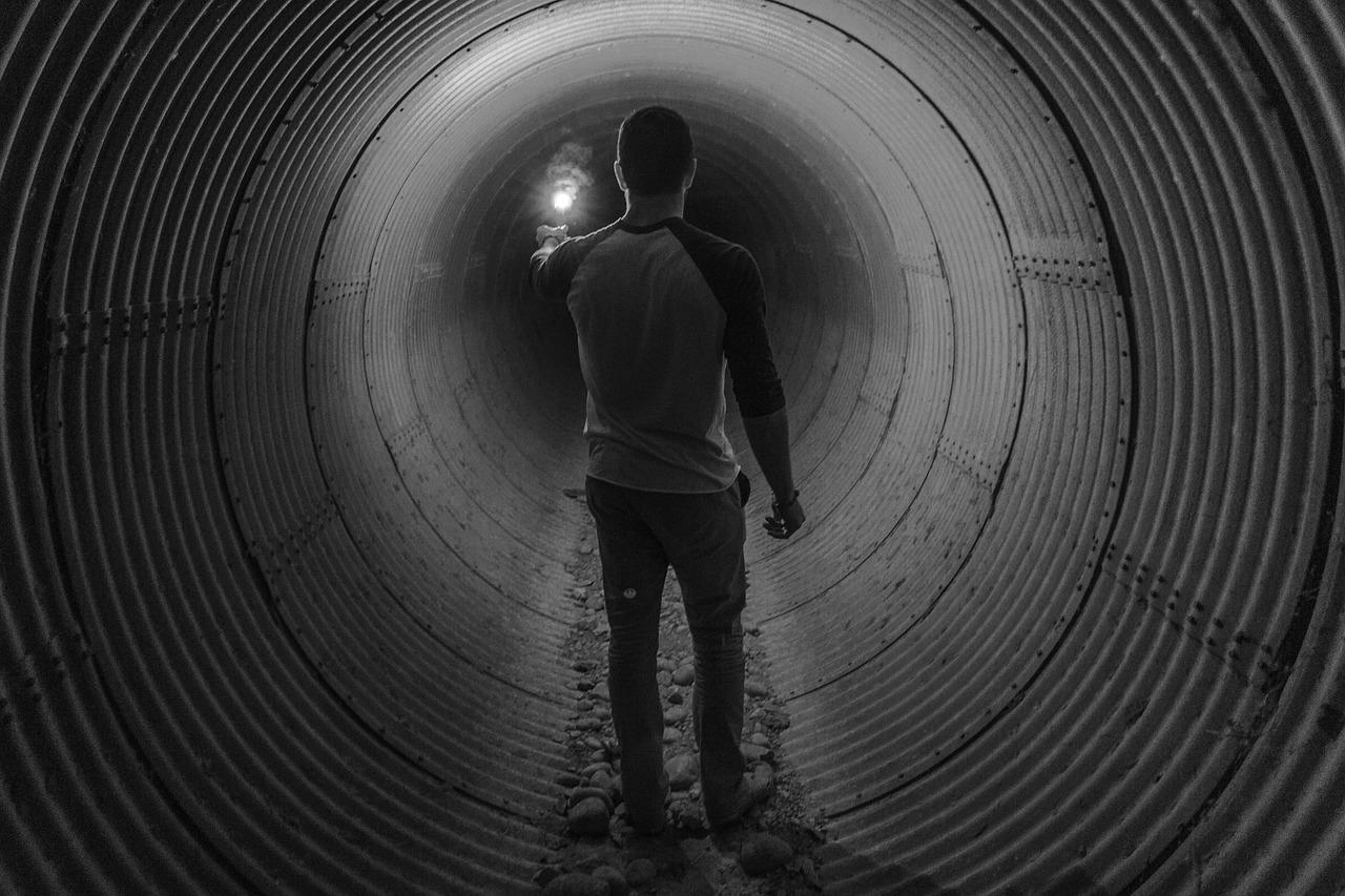 Rohrinnensanierung Metapher. Mann in Tunnel